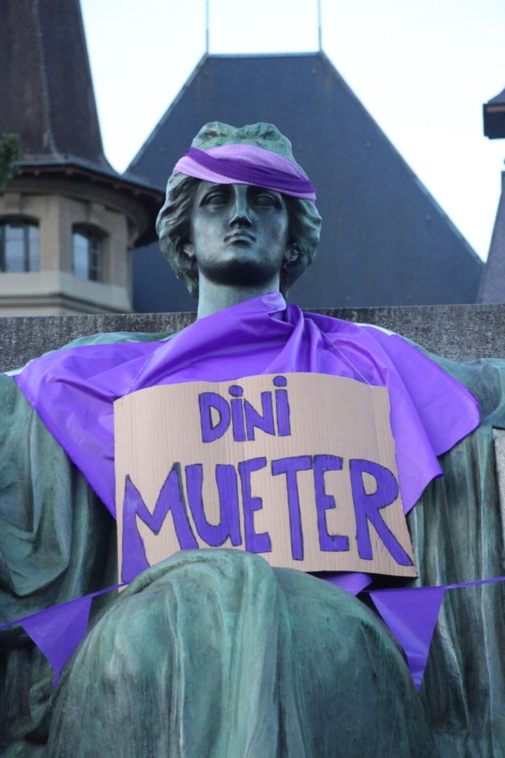 "EKdM Schild an Frauenstatue: ""Dini Mueter""."""