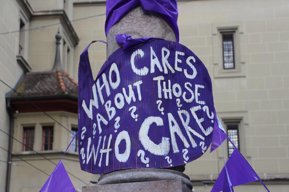 "EKdM Kartonschild ""Who cares about the those who care?"""