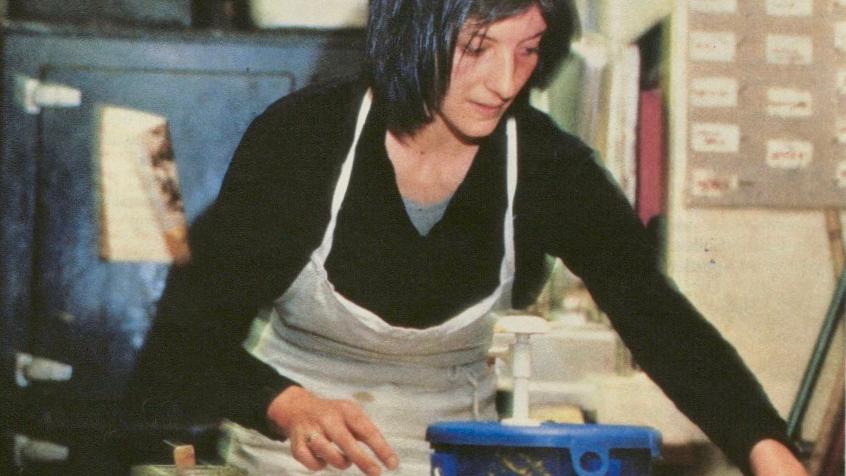"""Lis Misteli bei der Arbeit in der Küche in der Genossenschaftsbeiz """"Kreuz""""."""